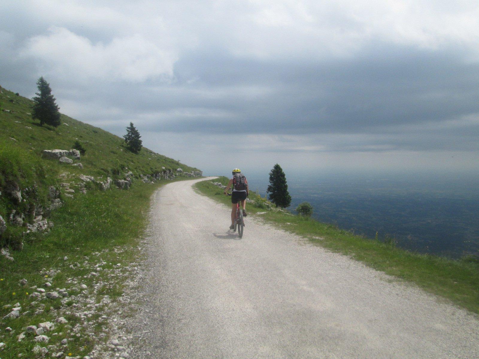 pedalando con vista sulla pianura