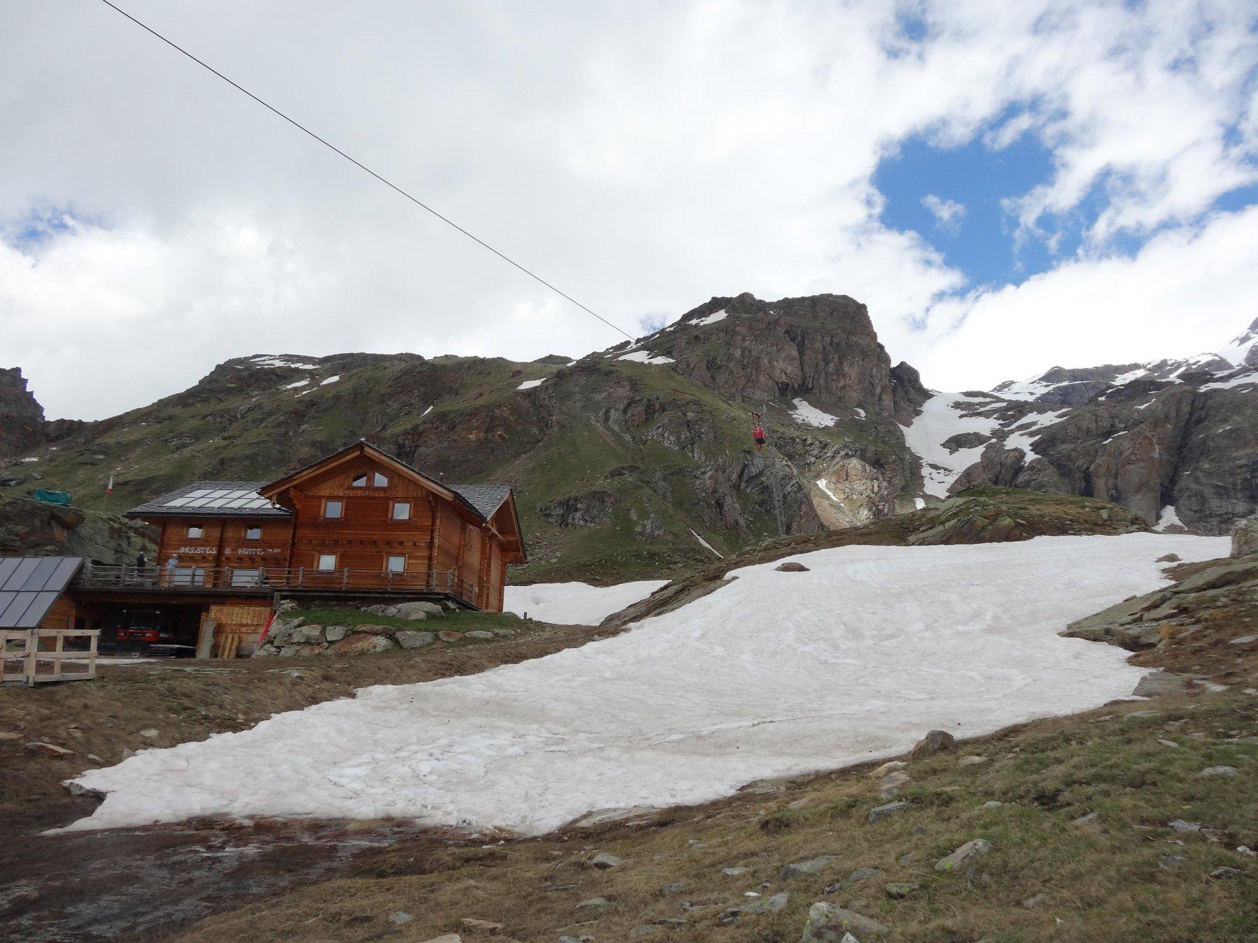 al rifugio si tolgono gli sci