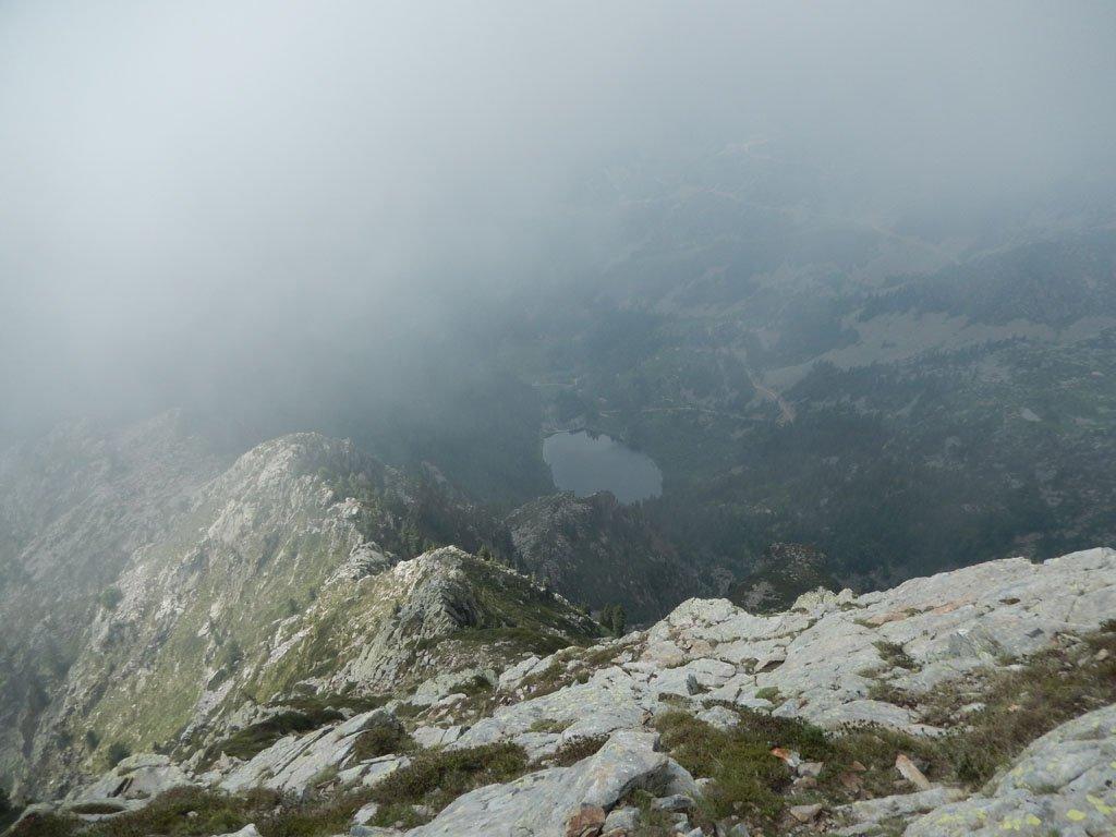 Il sentiero di discesa 2D calca la cresta che collega il Mont Mars alla Punta Leretta.. in fondo si vede il Lago Vargno