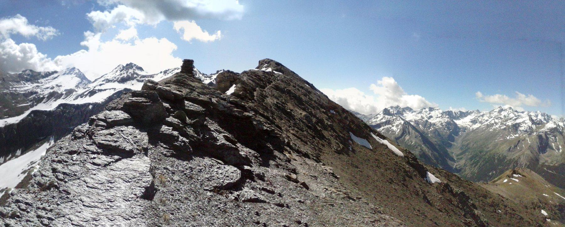 sulla cresta  vicino alla vetta... l'altro versante è esente da neve...