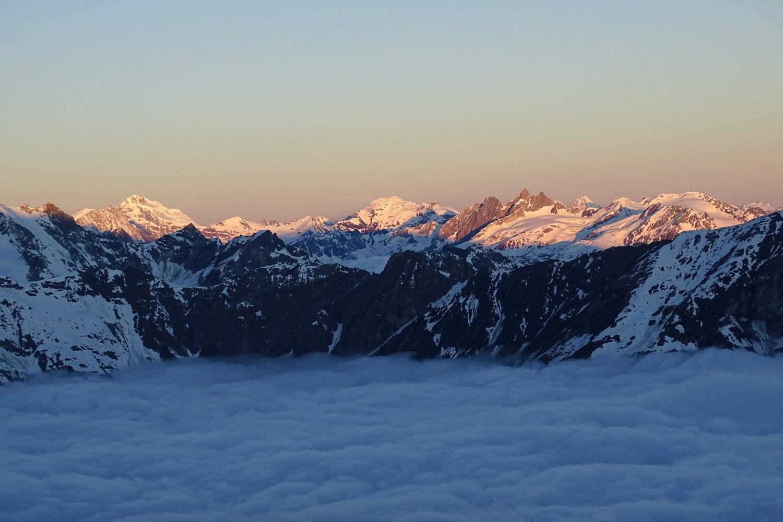 primo sole e mare di nuvole alla partenza