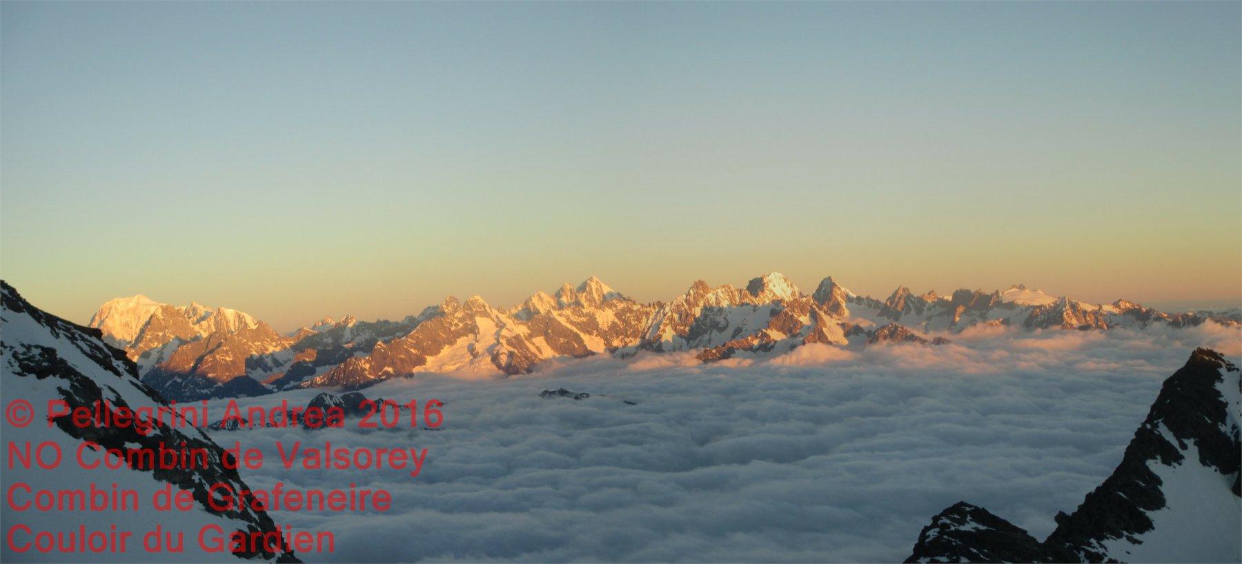 IMG_3101 Panorama zoom albeggia sul Massiccio del Monte Bianco dietro il Col des Maisones Blanches