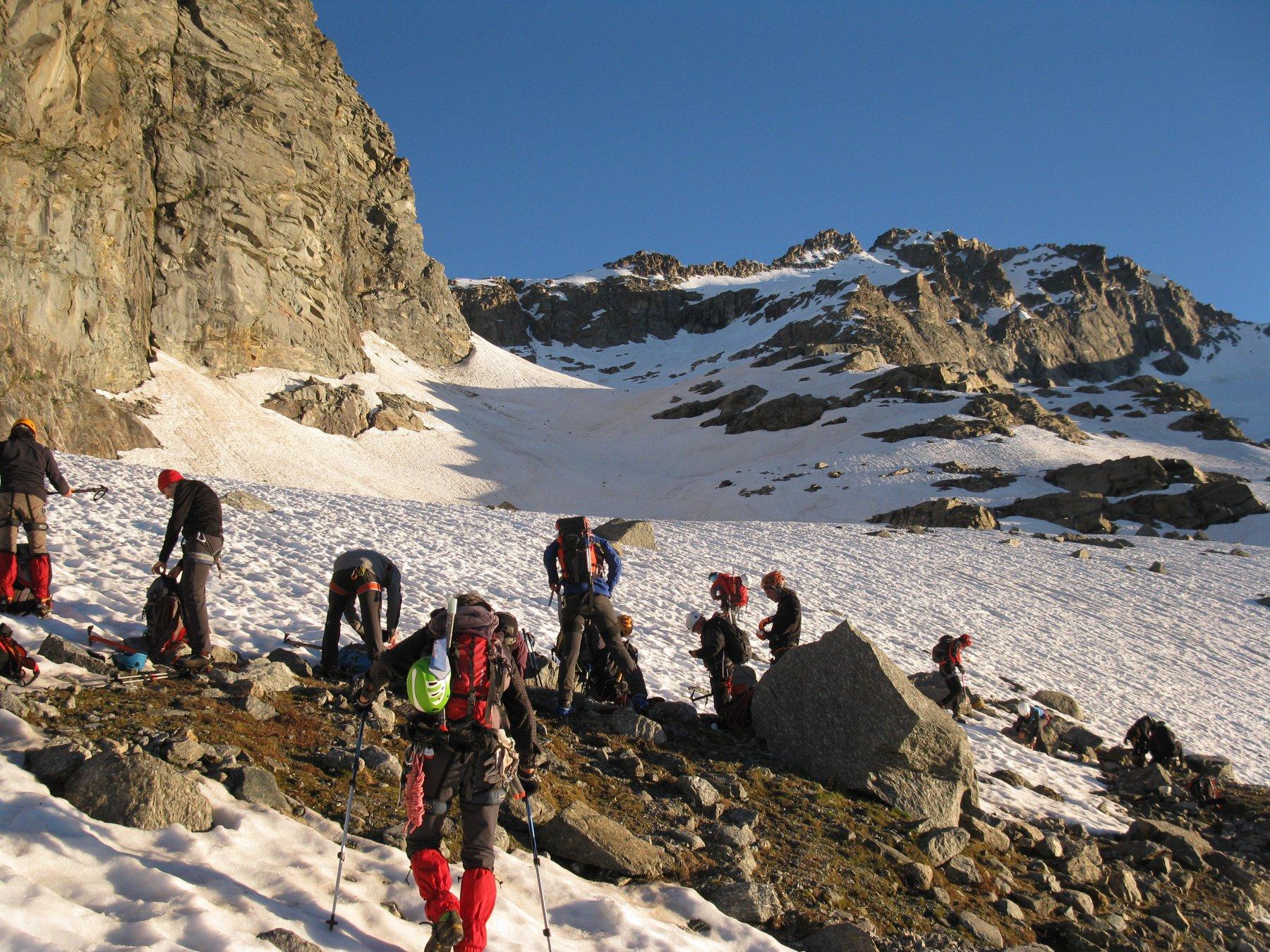 Un centinaio di metri sopra il Col Fea si calzano i ramponi