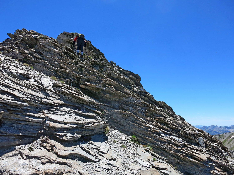 Franca sulle roccette per salire sul picco quotato 2840 m.