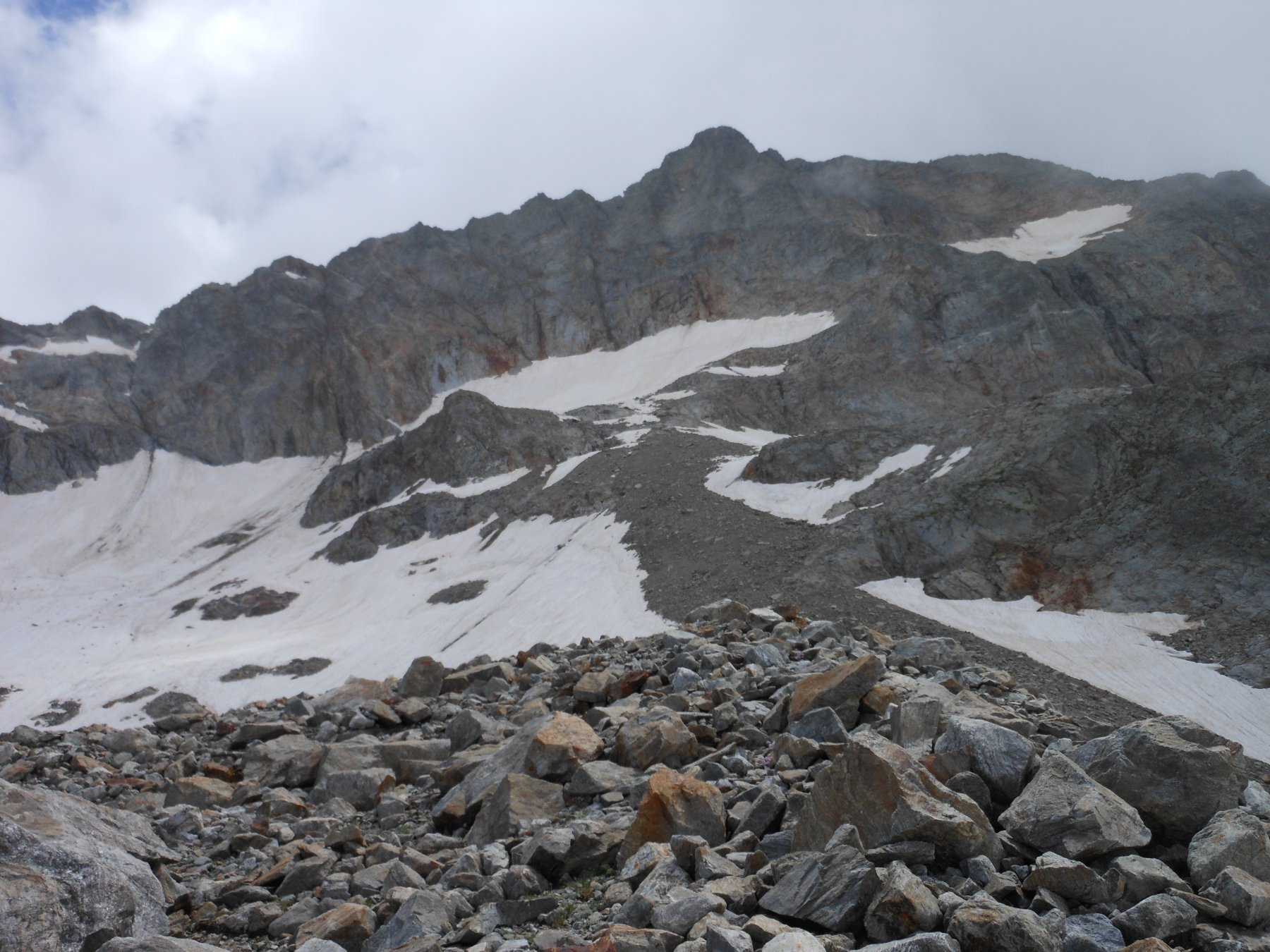 Il versante Nord del Gelas; in alto a destra, il ghiacciaio pensile della Maura. Dalla sua parte alta, verso sinistra si accede ai nevai sottostanti