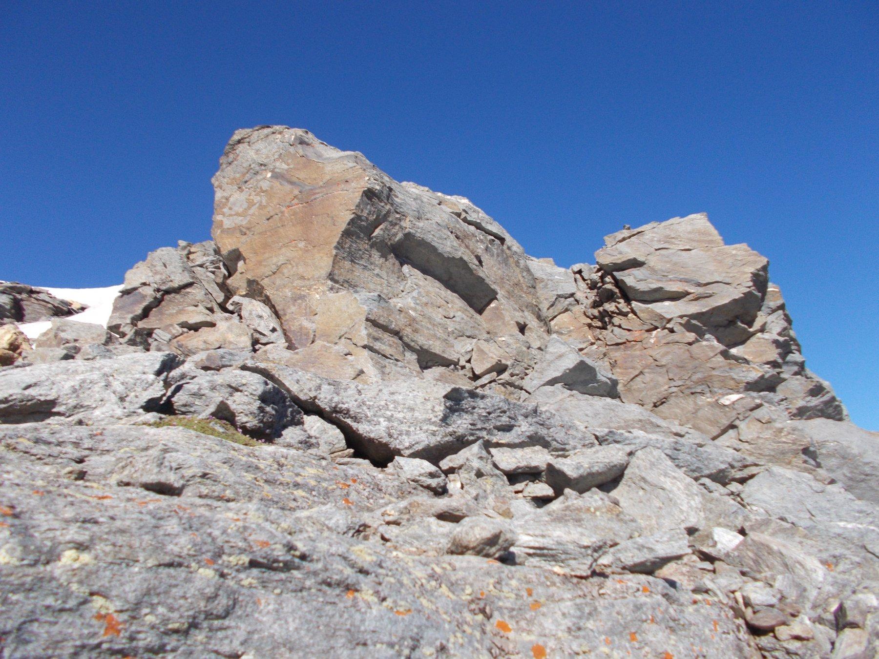il tratto arrampicabile oltre l'avvallamento di cresta prima dell'anticima..