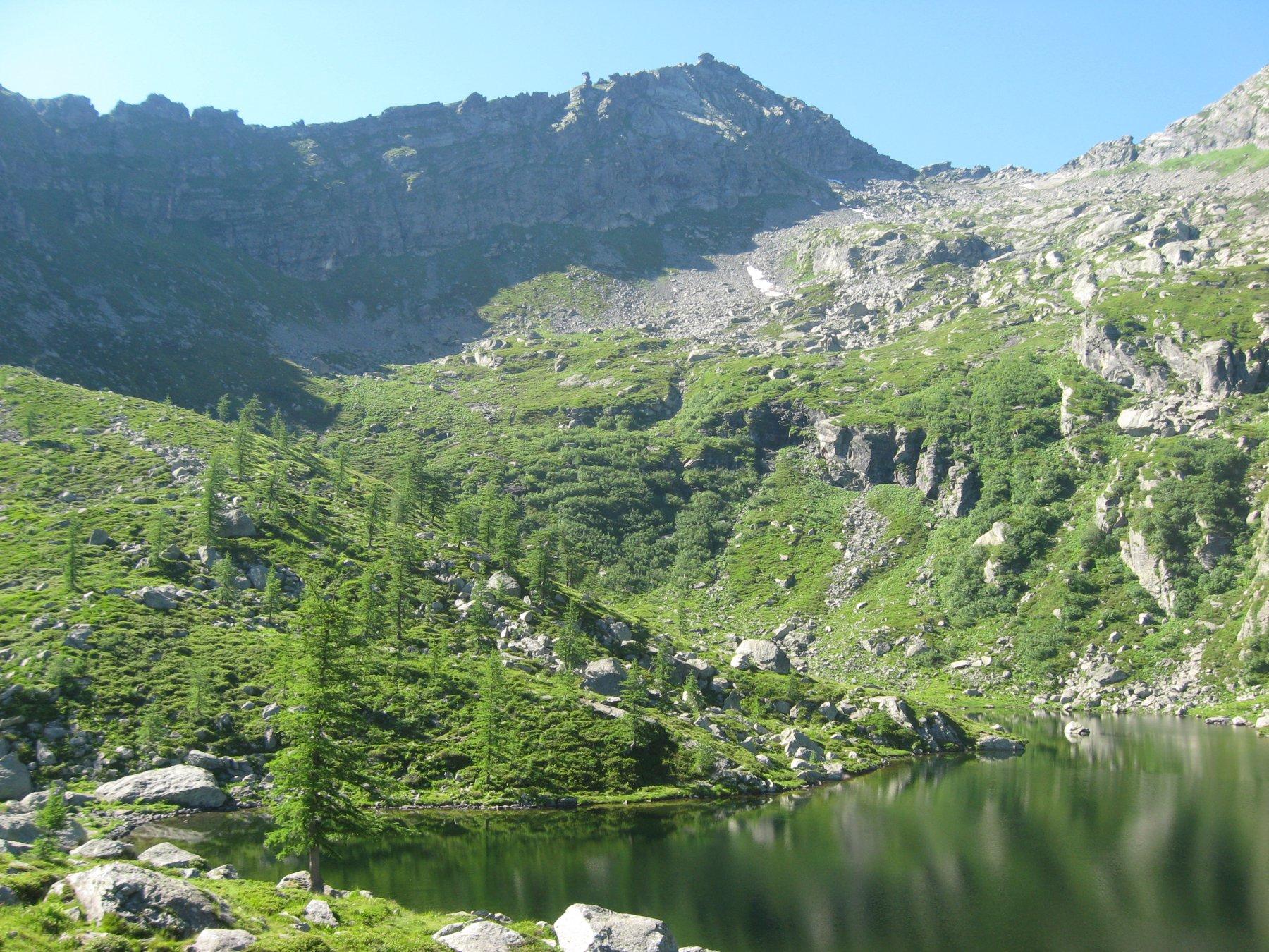 Il lago di Afframont con vista sul Bec del Fauset
