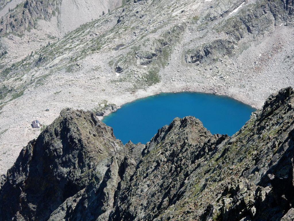 Parte del Lago delle Portette e Rifugio Questa alla sua sinistra