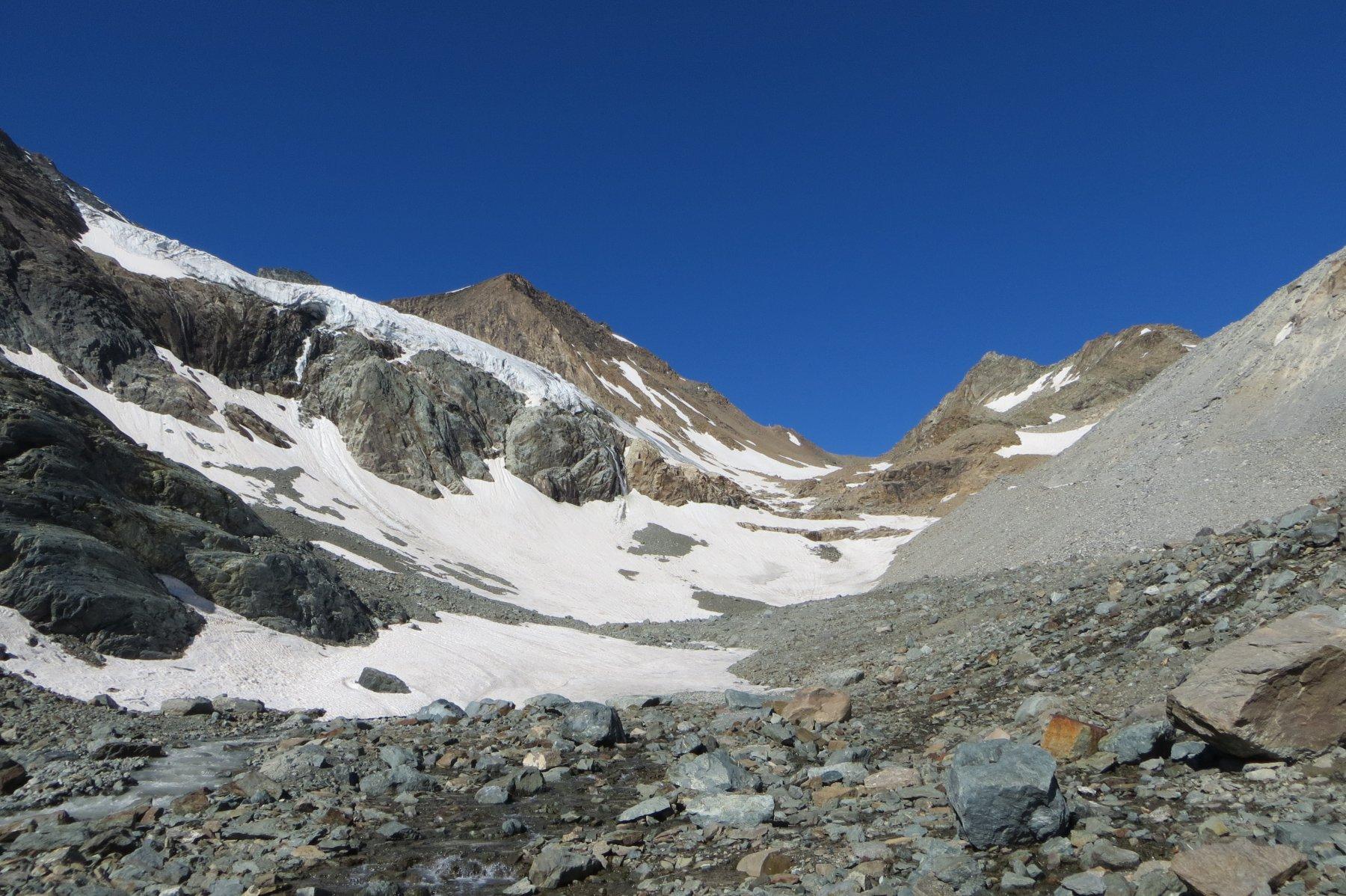 sullo sfondo il Col di Sea, a sinistra le seraccate del ghiacciaio Tonini (quota 2800 ca)