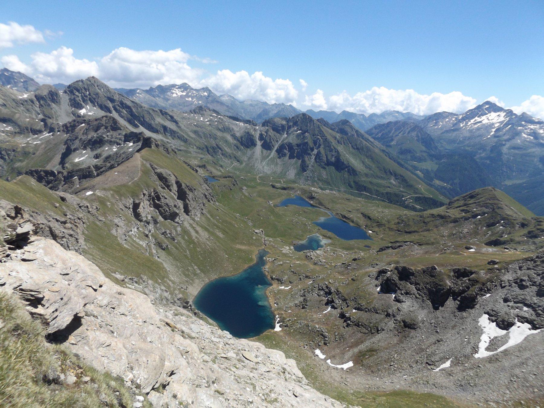 Alcuni laghi e la lunga ed aerea cresta