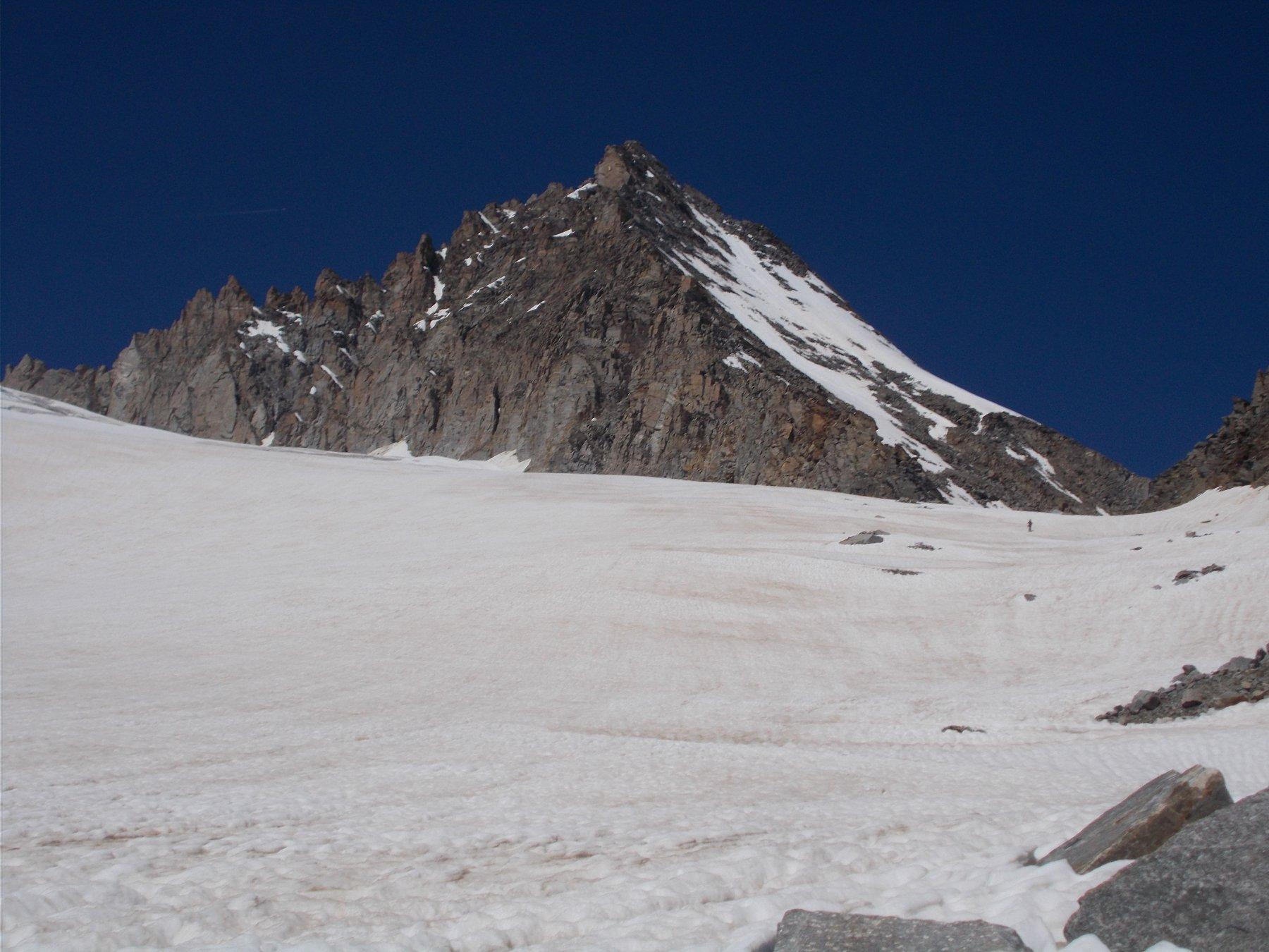 la piramide dell'Herbetet..dal ghiacciaio di Dzasset..si lascia ammirare..