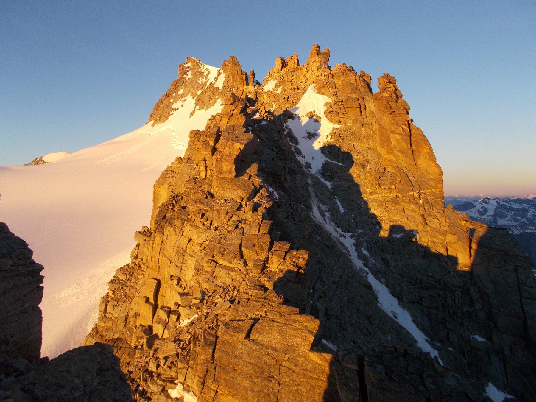 a monte della finestra di Dzasset..con tutta la cresta fino alla Montandayne' ormai al sole..