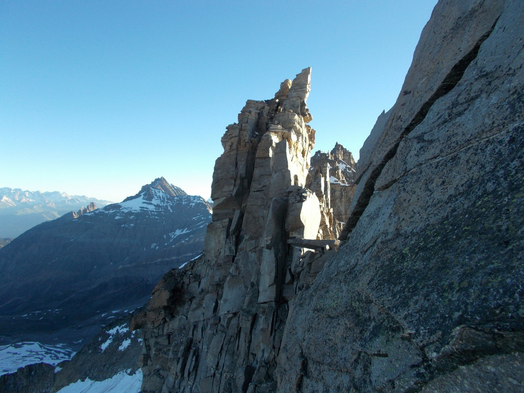 dall'ultima rampa sotto la Budden cima sud..la cima centrale..a sx la Grivola..