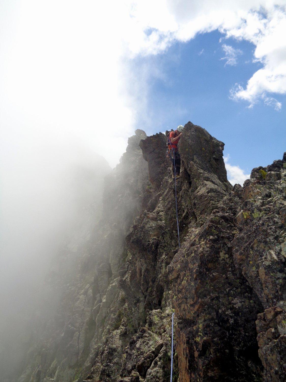 la nebbia accarezza la cresta