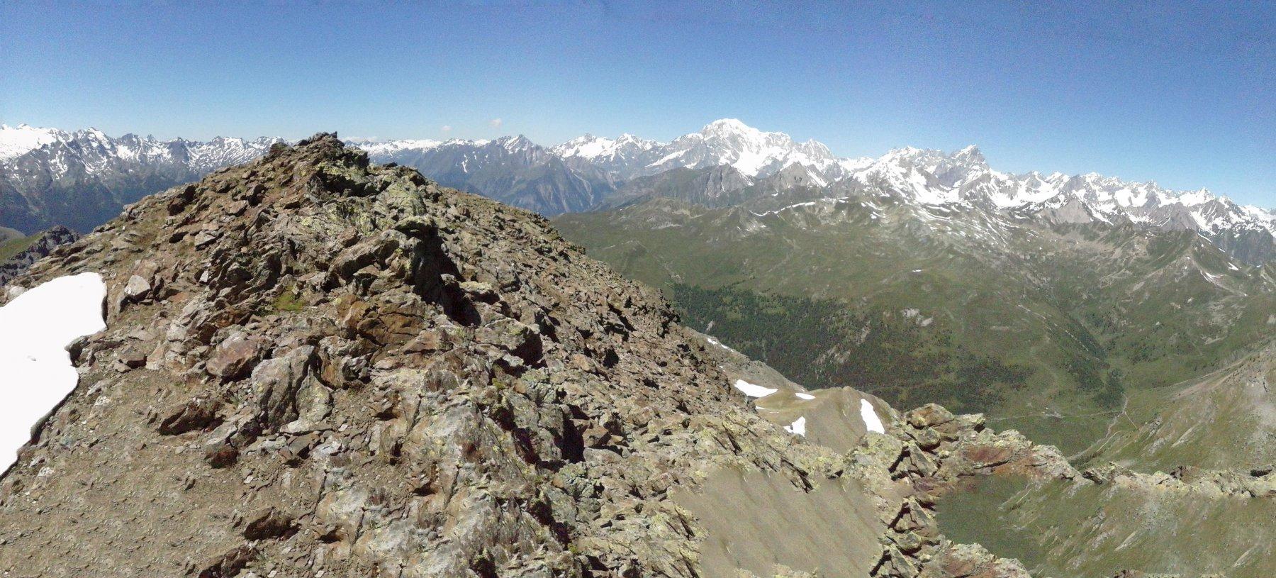 panorama dalla vetta verso la catena del Bianco...