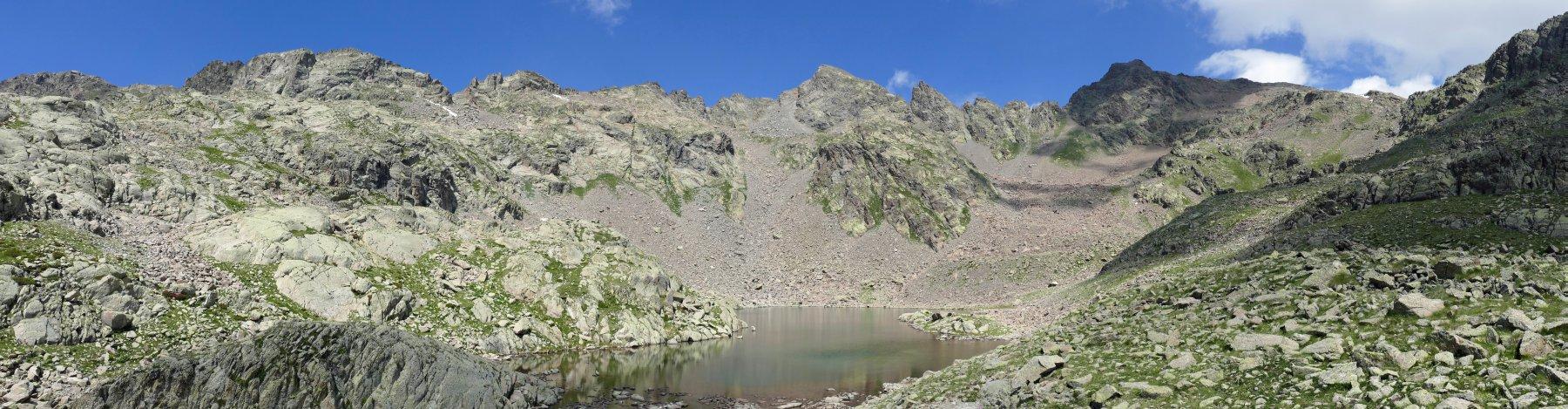 Scendendo,sguardo verso il lago superiore del Lausfer, al centro il Corborant