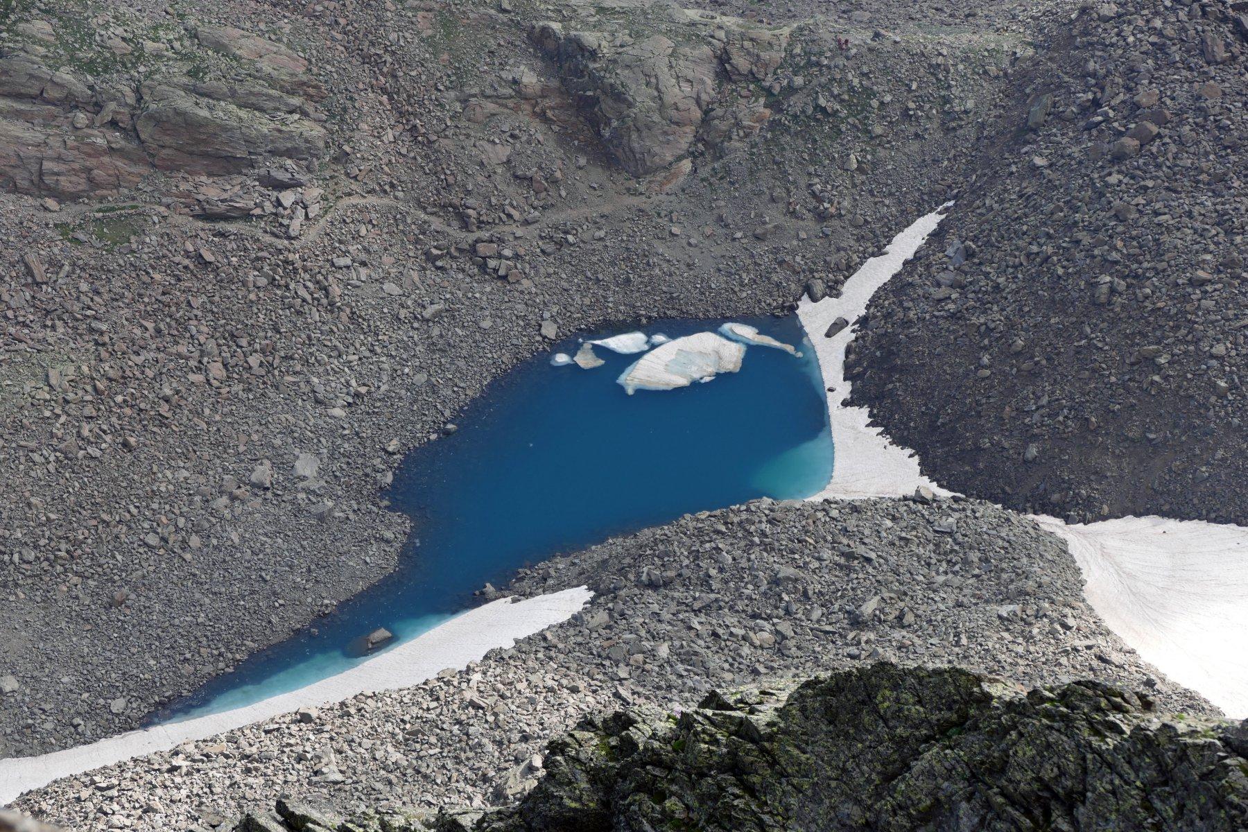 Il lago superiore d'Ischiator visto dalla cima