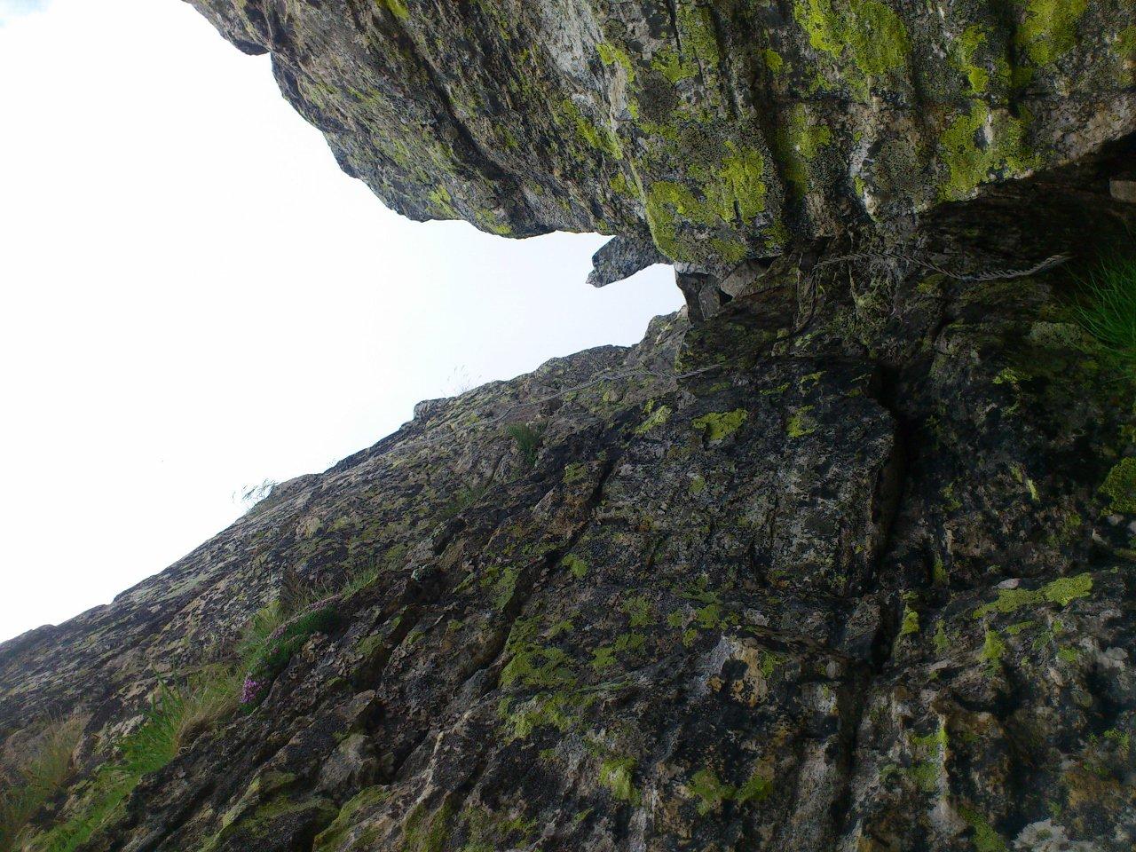 passaggio sulla roccia/placca attrezzata con cavo metallico (utile)