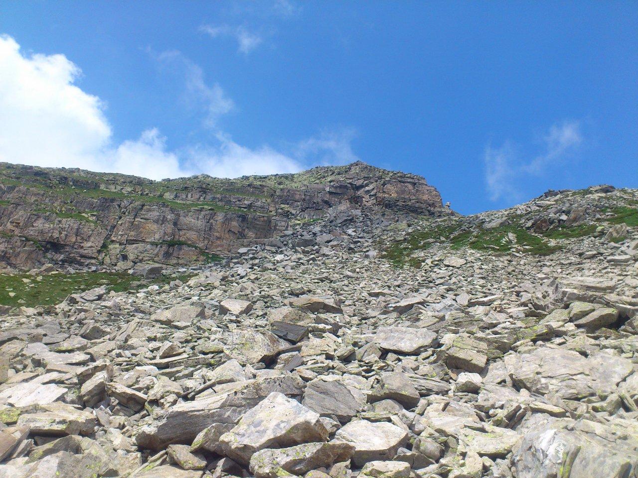 Pizzo Rovale visto da sotto, il percorso passa sul la dx della montagna, raggiunge il caratteristico masso inclinato dove c'è la placca/passaggio attrezzata con cavo