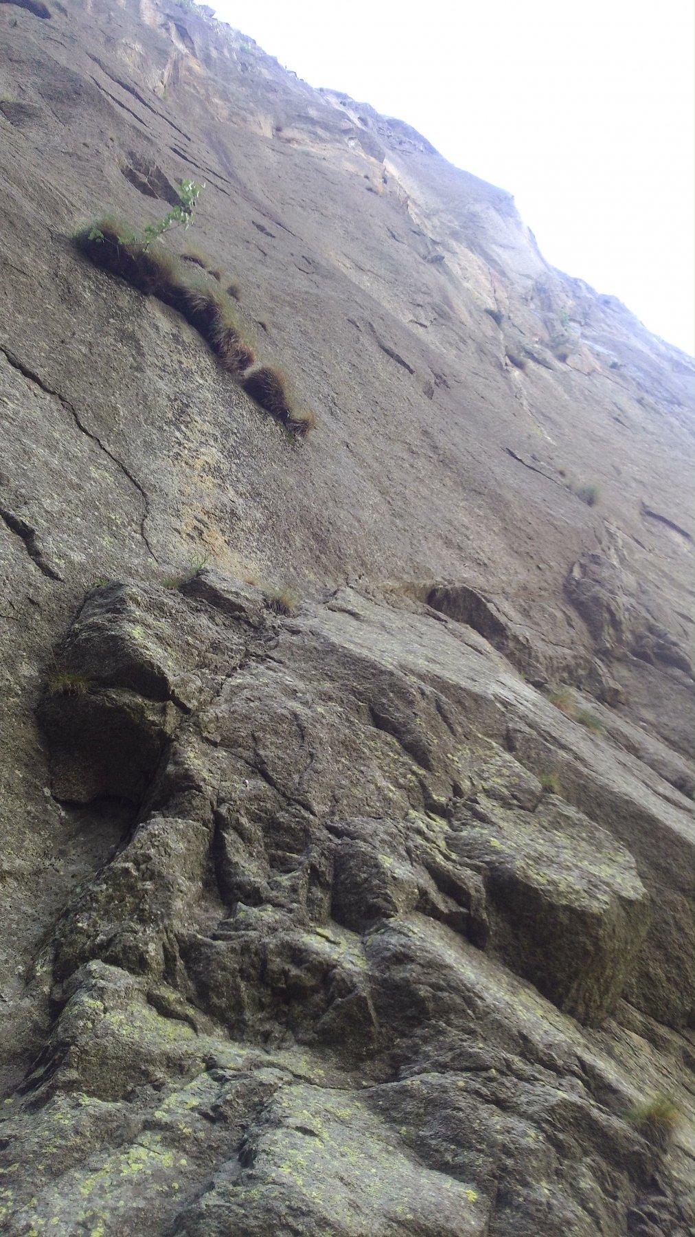 La via vista dal basso. Segue la fessura, ad arco verso destra, che poi si raddrizza.