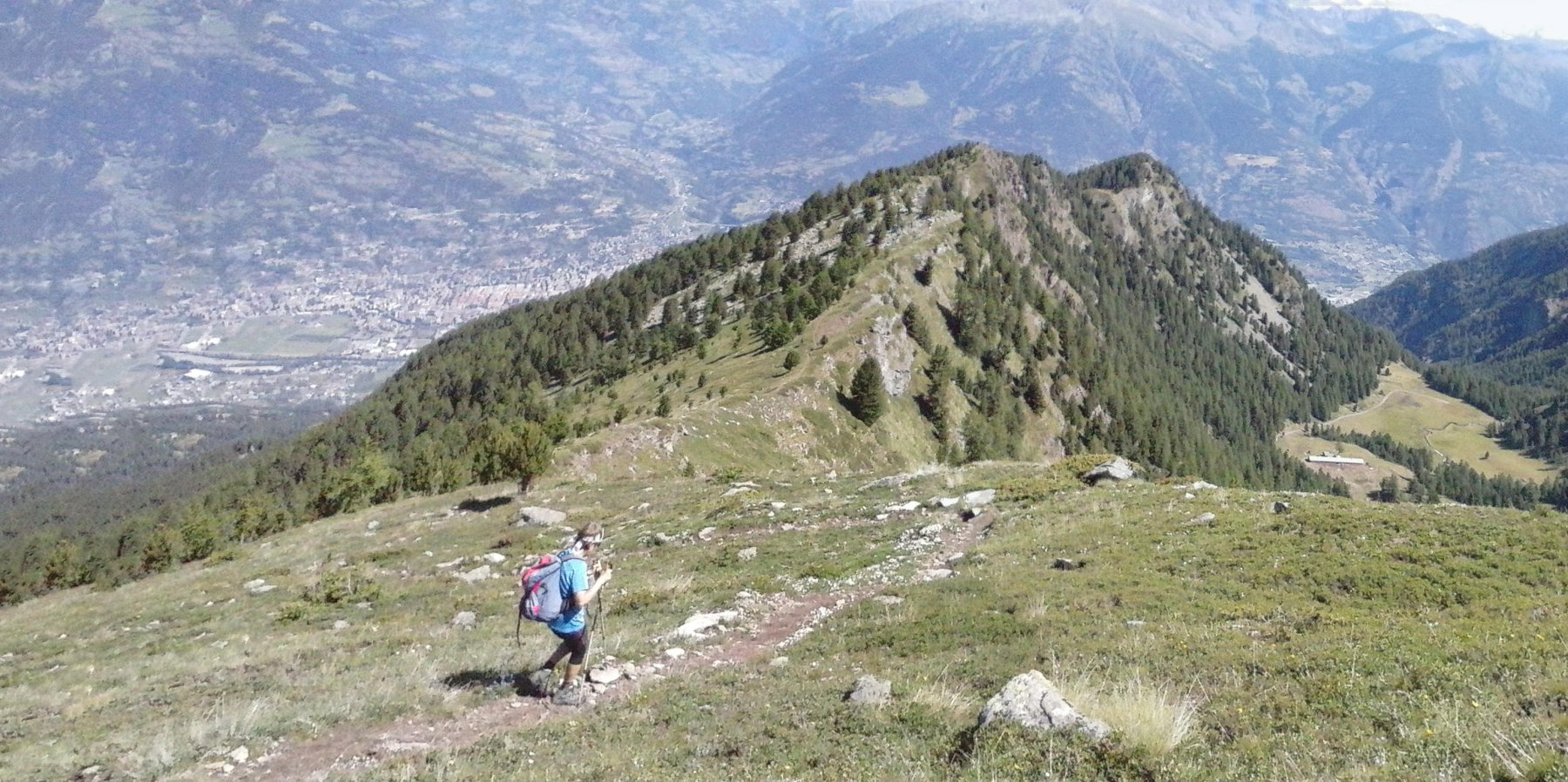 ampio panorama  sulla valle centrale mentre scendiamo  verso il Plan Fenetre...