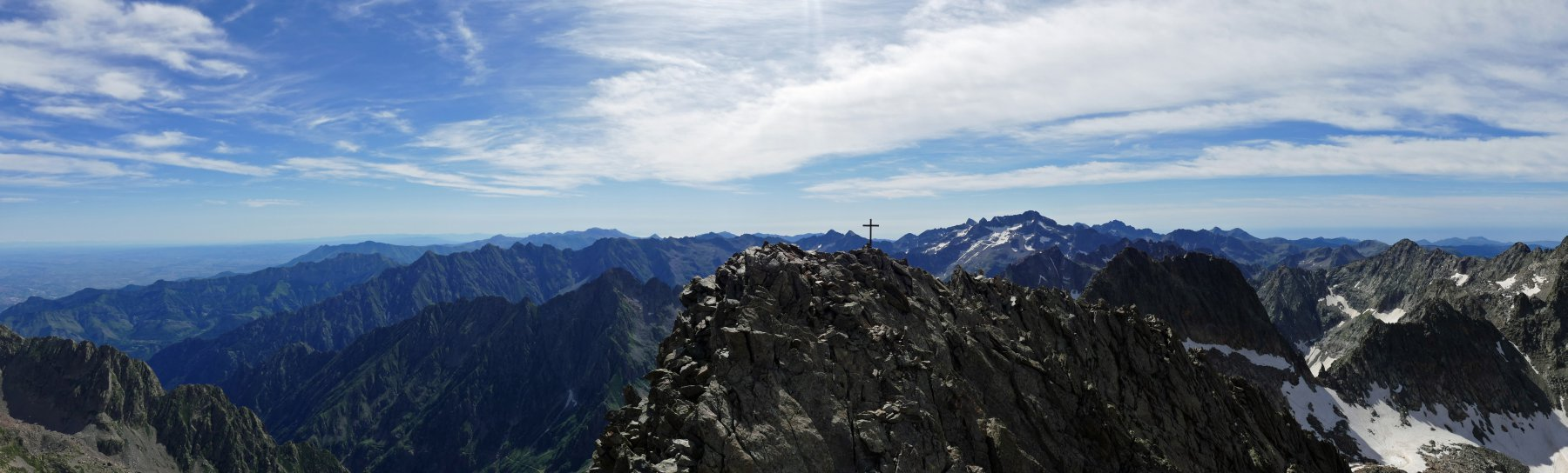 Panoramica sulla cima sud-est e su parte delle Marittime e Liguri