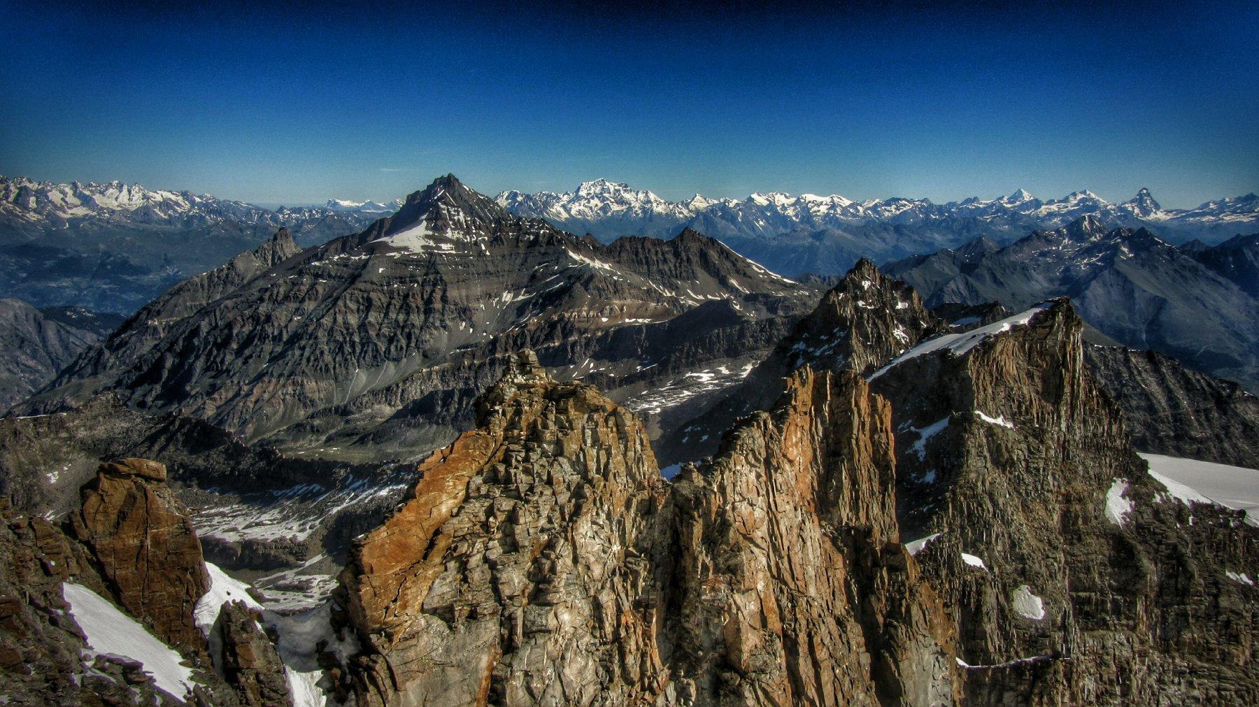 Tratto roccioso della cresta osservato dall'ultima punta