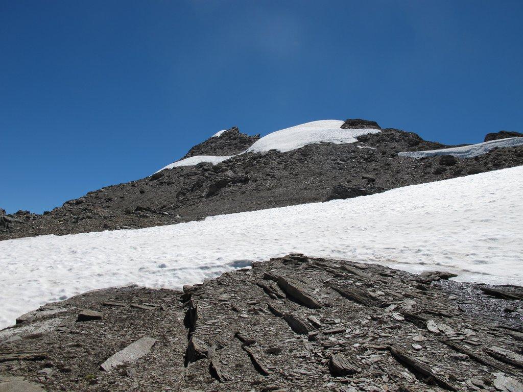 La vetta vista dal piccolo pianoro sulla dorsale con il nevaietto da attraversare