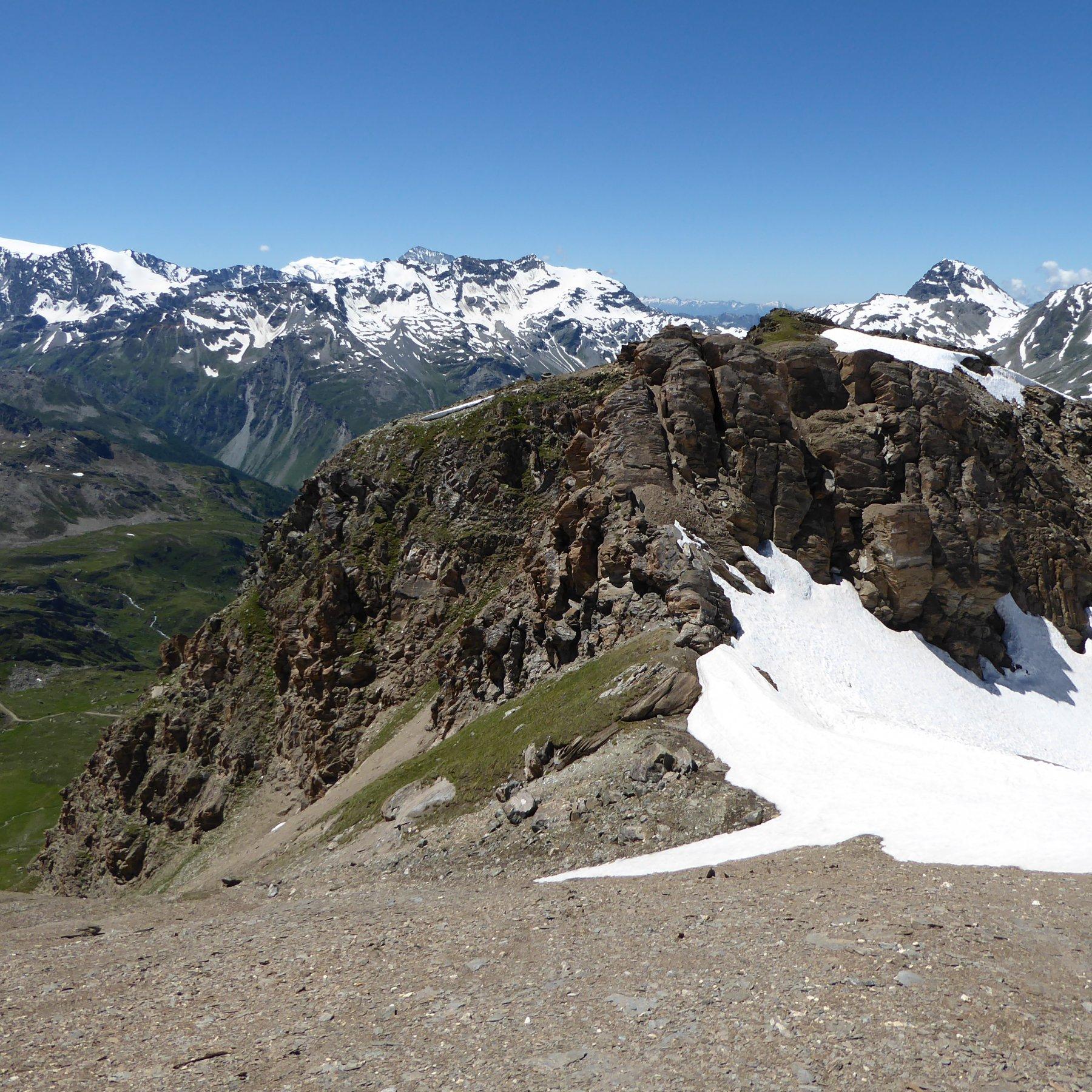 il colletto a 2980 metri, da cui si scende il ripido pendio a sinistra