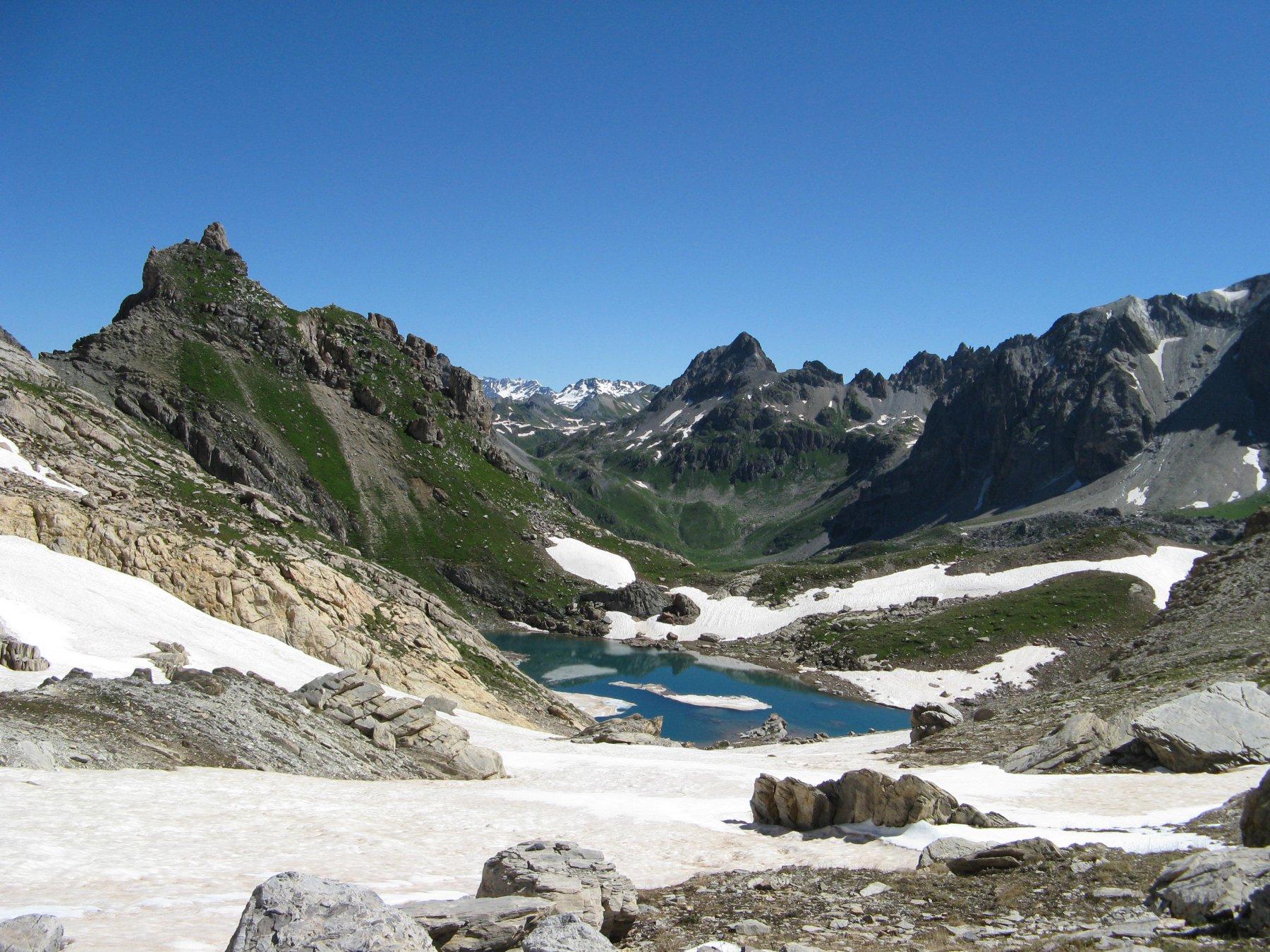 Lago ancora in parte gelato con Cerces dietro-