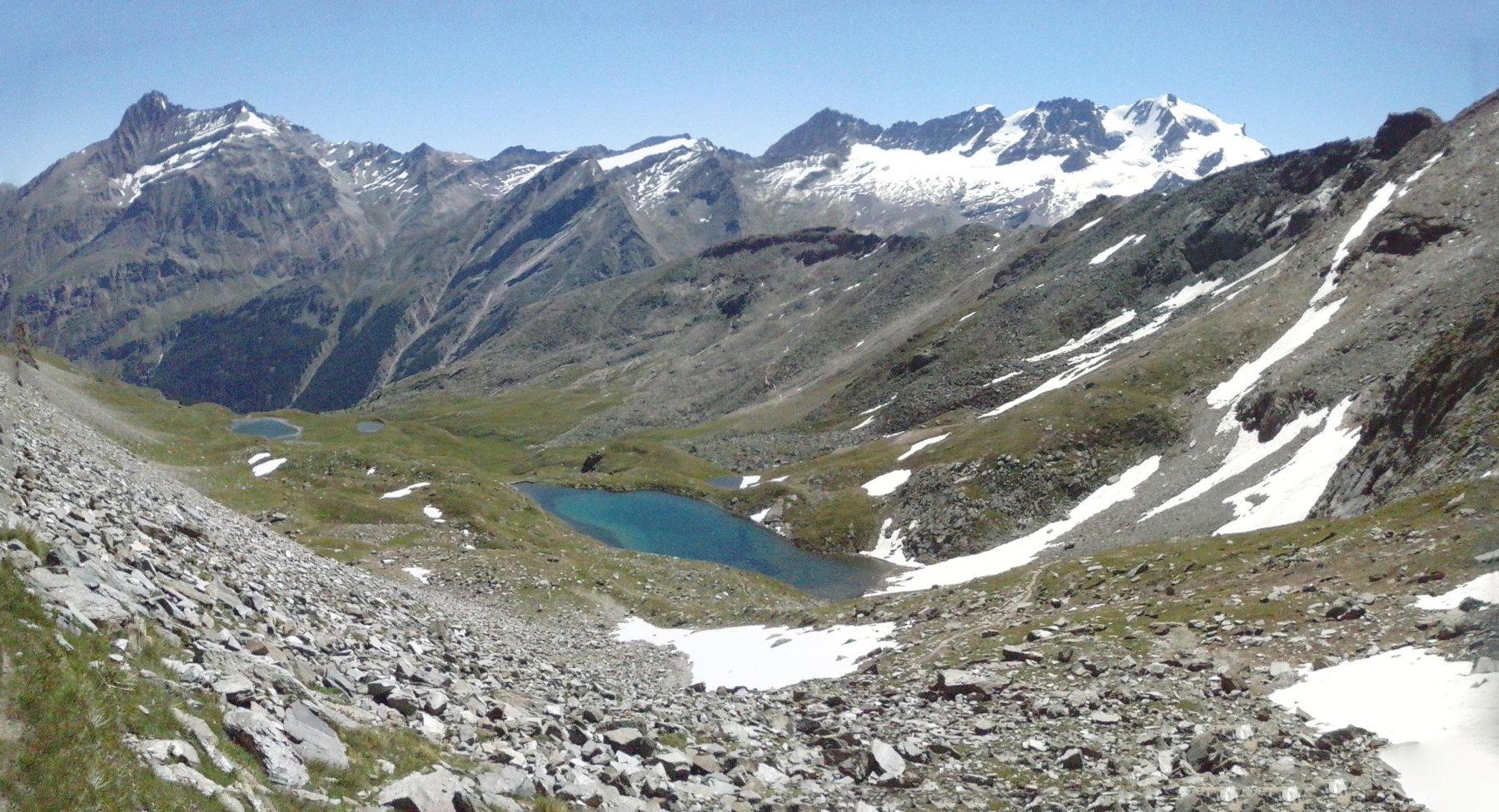 Lago Nero i primo piano ,in basso lago Dijouan,panorama esteso dalla Grivola al Gran Paradiso..