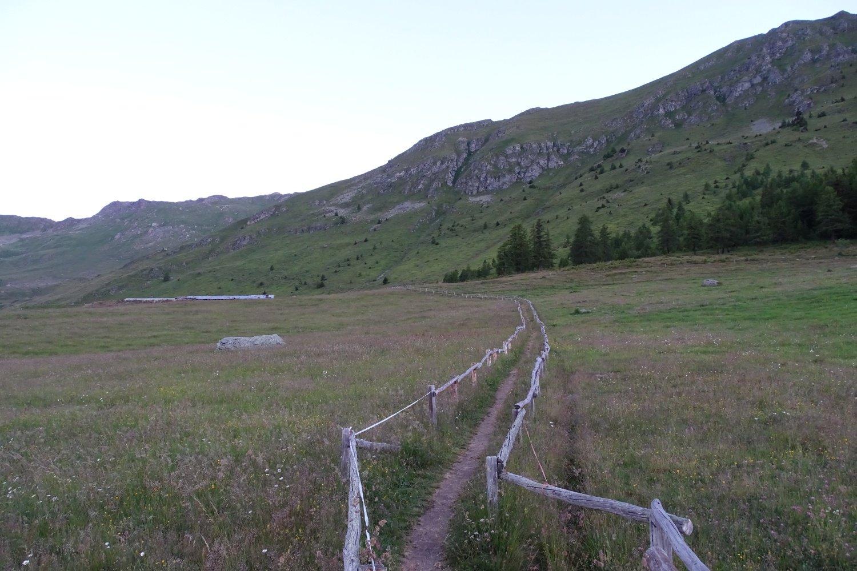 tratto di sentiero recintato sopra Mandriou