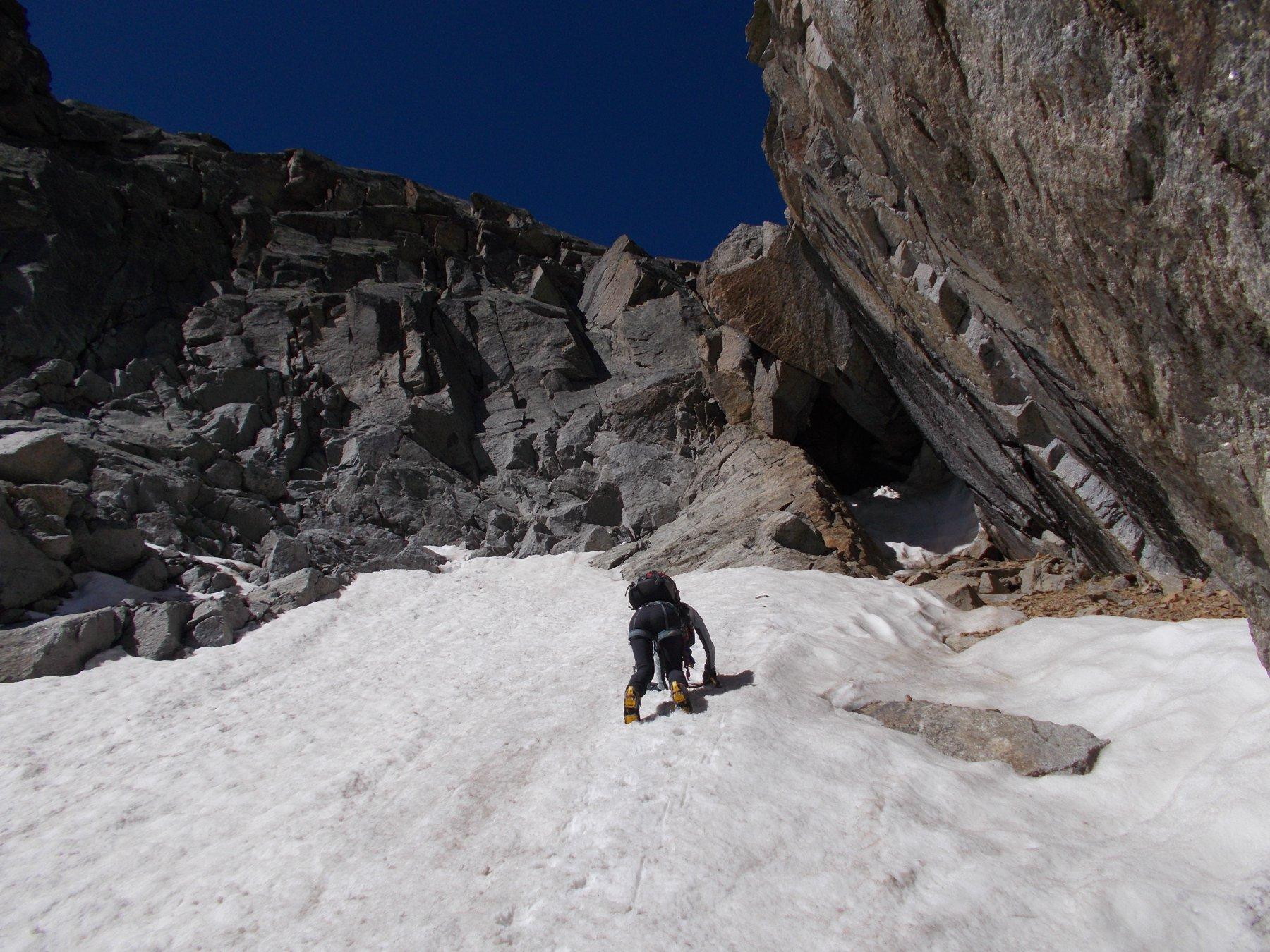 ..a valle del salto di 20m che interrompe la continuita' su neve..