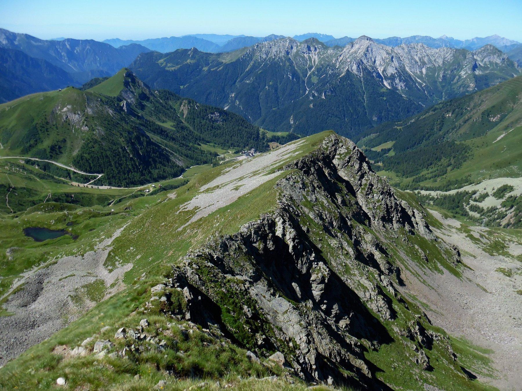 Cresta sud-ovest di discesa. Dietro Pegherolo e Resegone