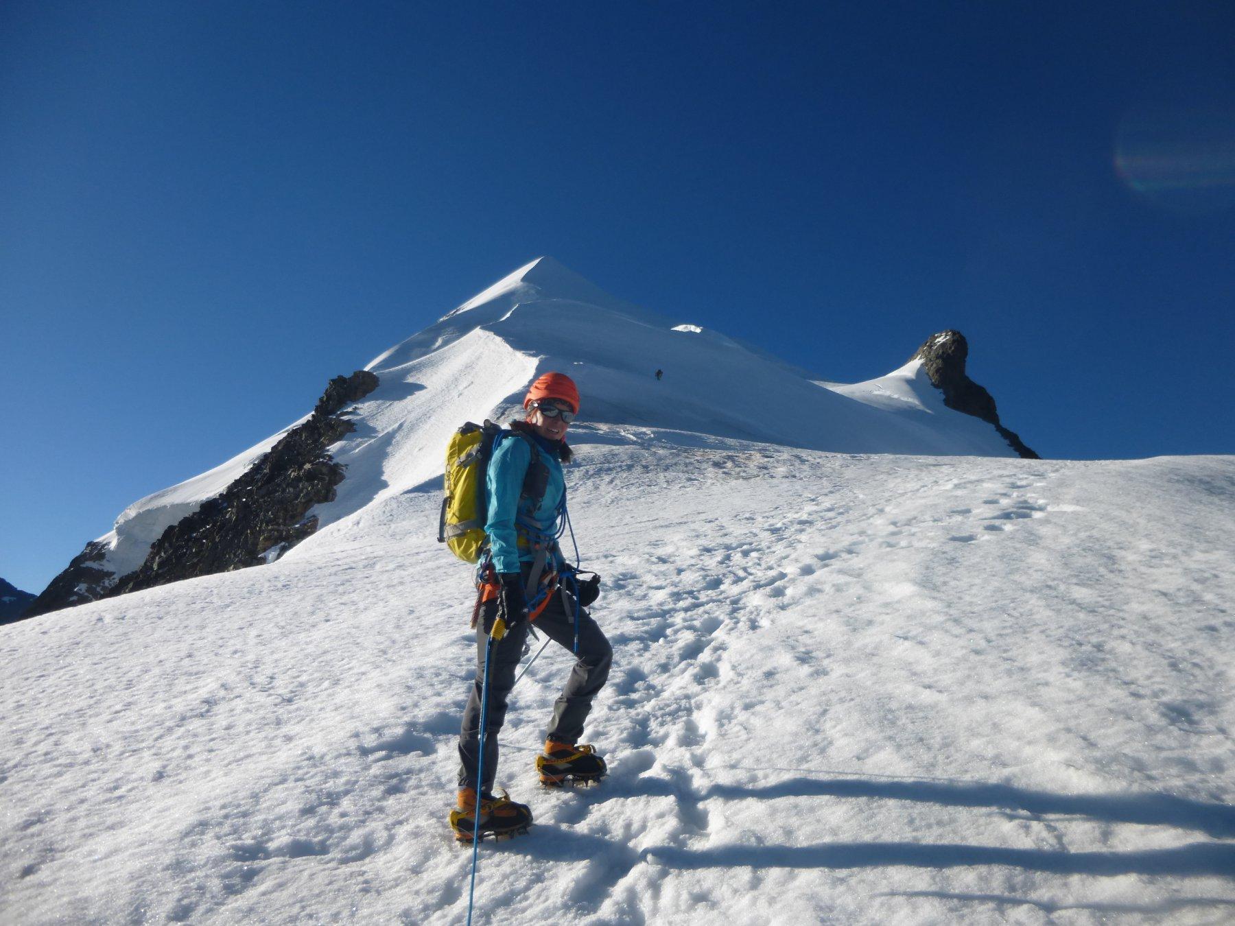 …dopo la cresta rocciosa il tratto nevoso verso l'anticima...