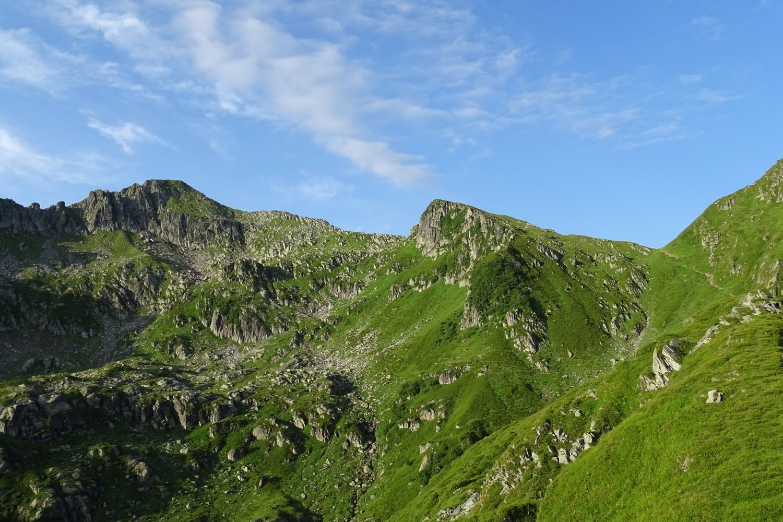 è ben visibile a destra il sentiero di accesso al Colle d'Egua. Il Cimone è la cima a sinistra