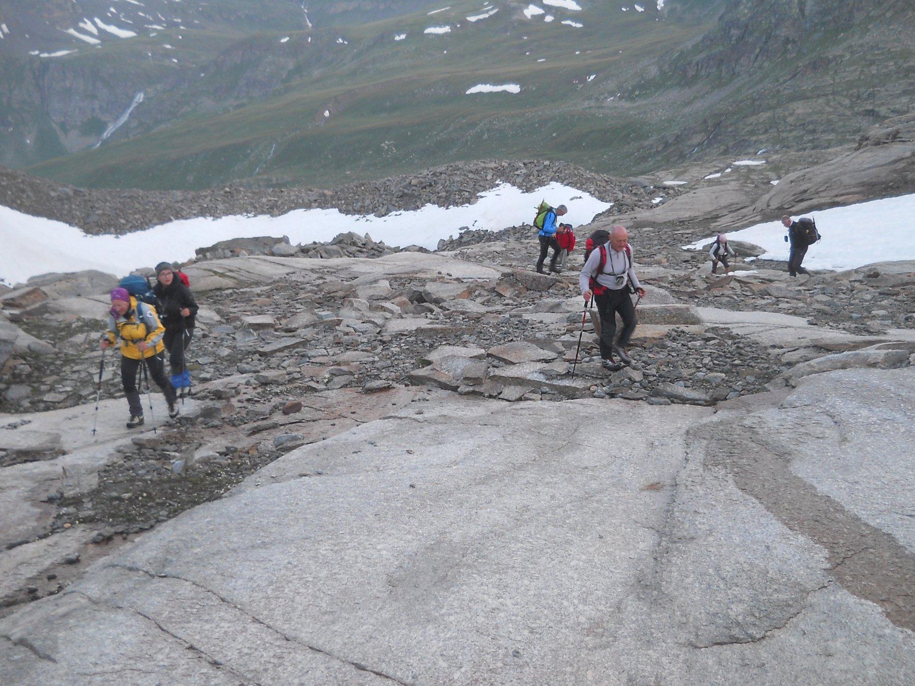 si prosegue in traccia con ometti su rocce montonate