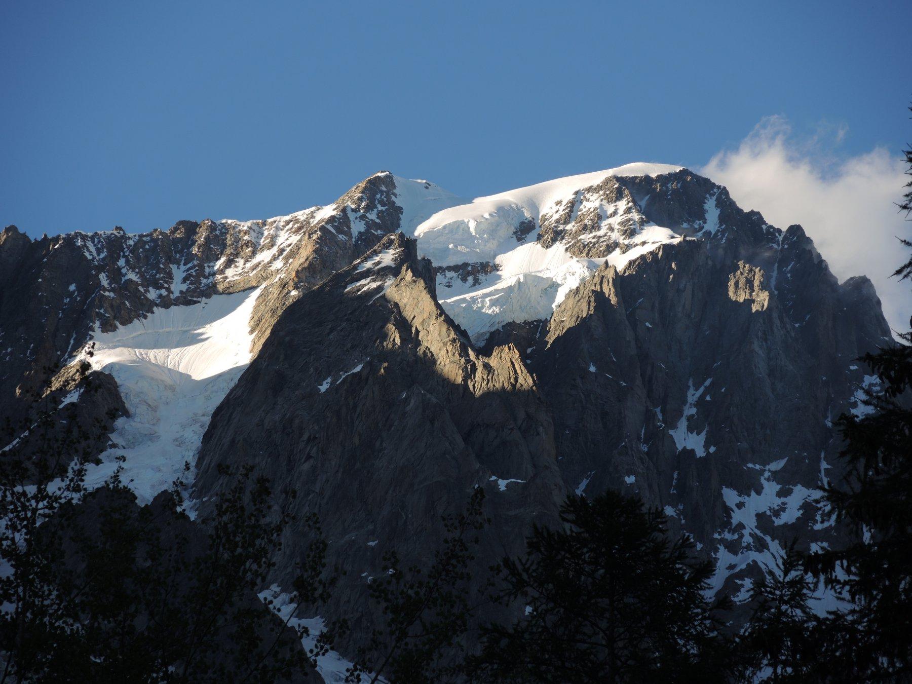 Le Grandes Jorasses dall'inizio della Val Ferret: da sinistra, il Reposoir, il couloir Whimper, i Rocher Whimper con la Puna Whimper alla sommità, il seracco con il traverso sottostante, la cresta di misto e il plateau sommitale della Punta Walker