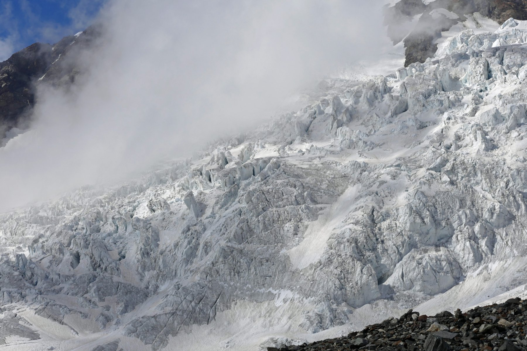 Il tormentato ghiacciaio del Lys, visto dai pressi del Mantova