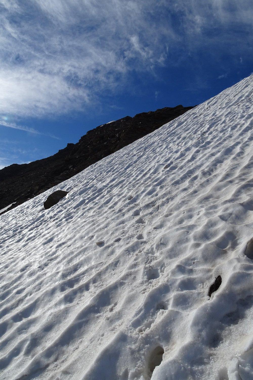 il ripido nevaio superato con i ramponi