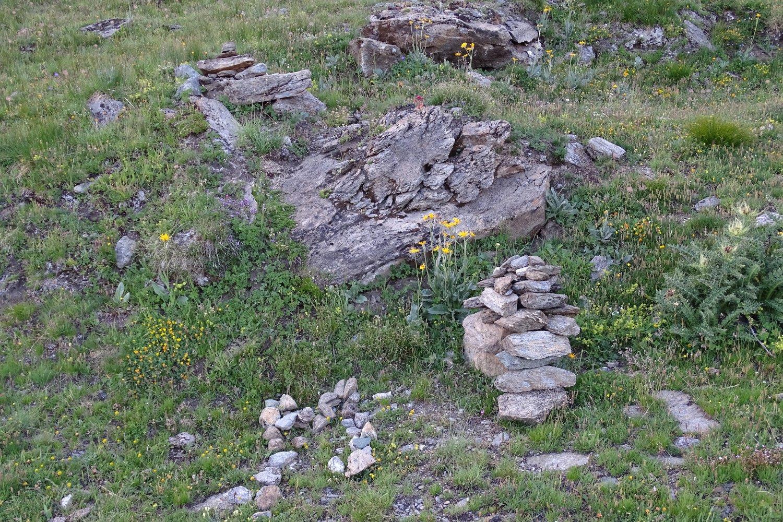 il bivio con ometto e lettera emme di pietre