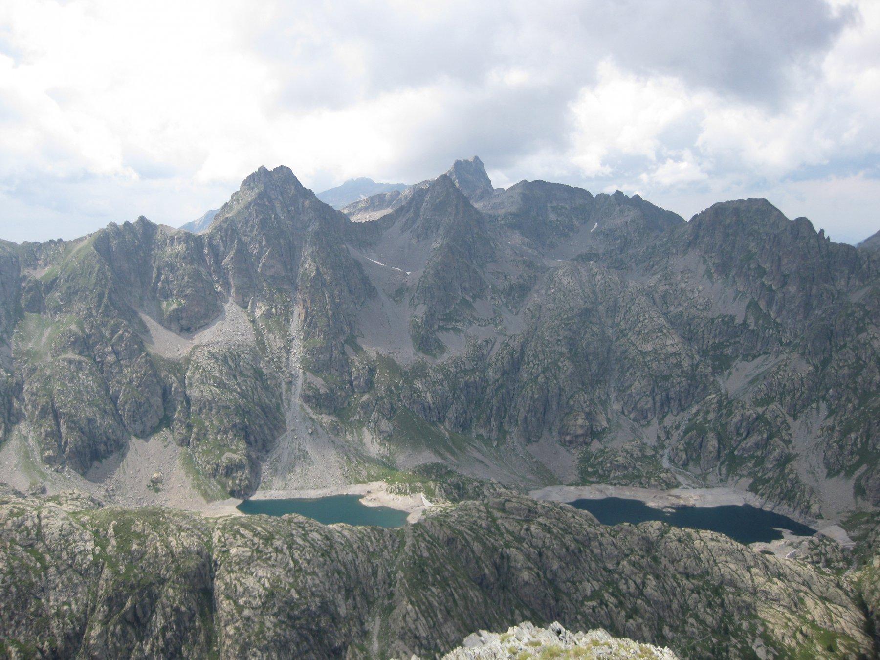 Panoramica dalla cima sui laghi della Valmasque.