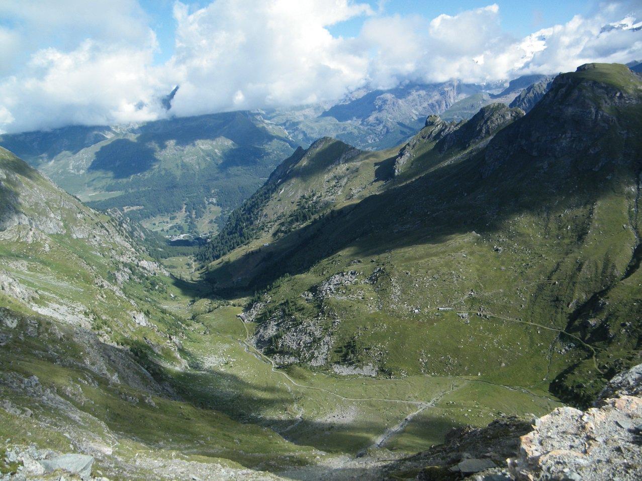 Il Vallone di Mascognaz visto da poco sotto la cima.