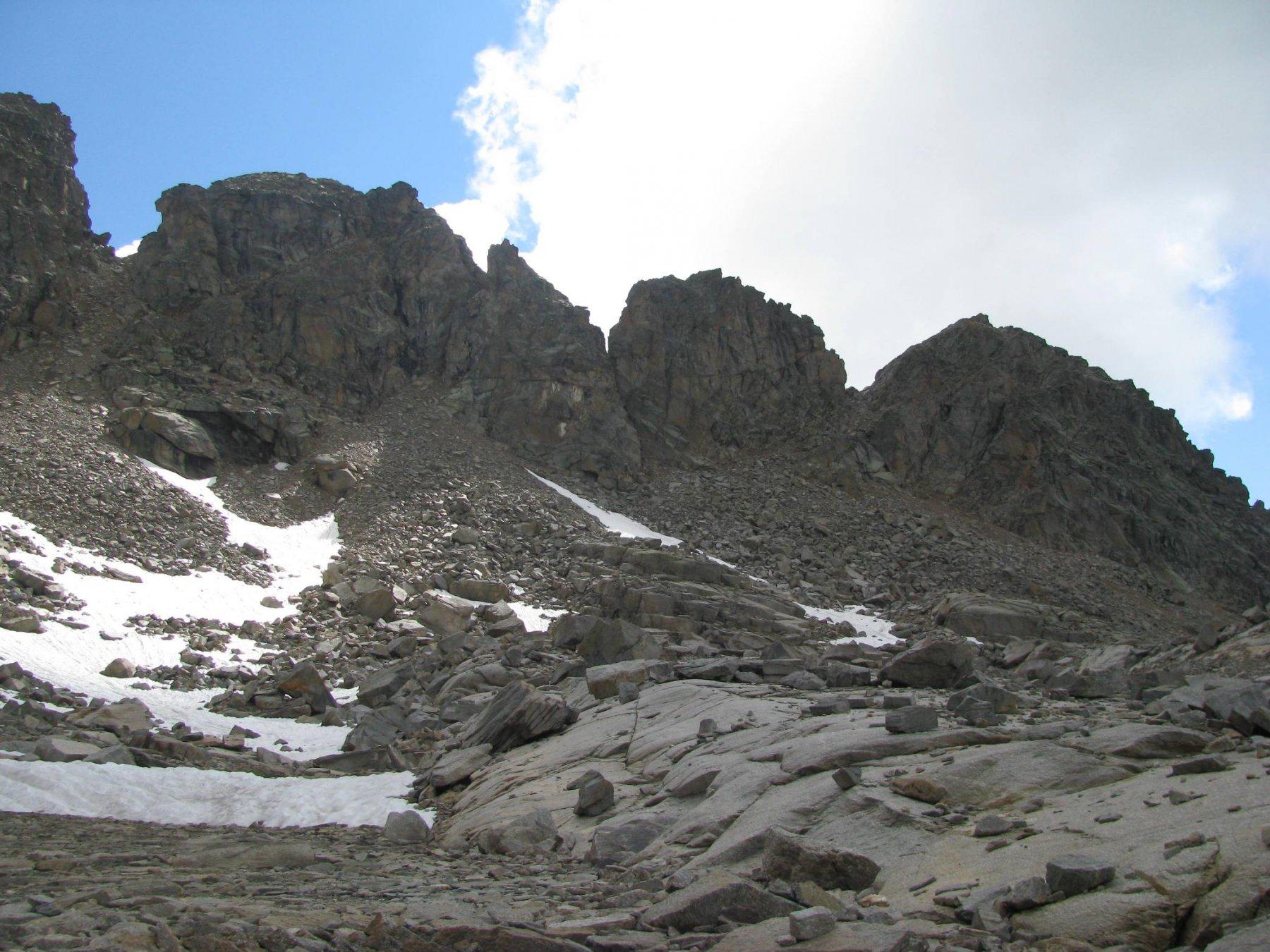 A destra, intaglio e ante-cima Piccola Torre