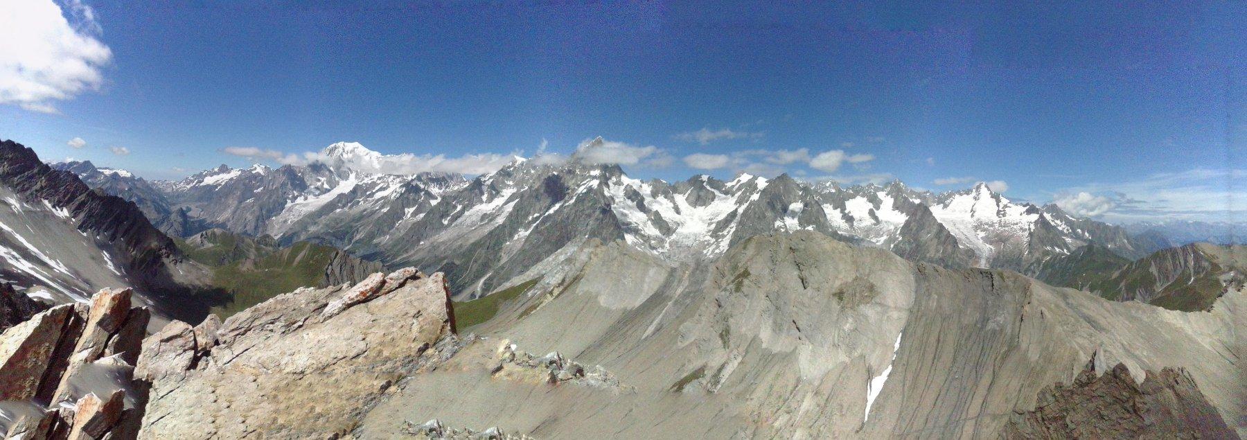panorama dalla vetta verso il Bianco fino al Mont Dolent...