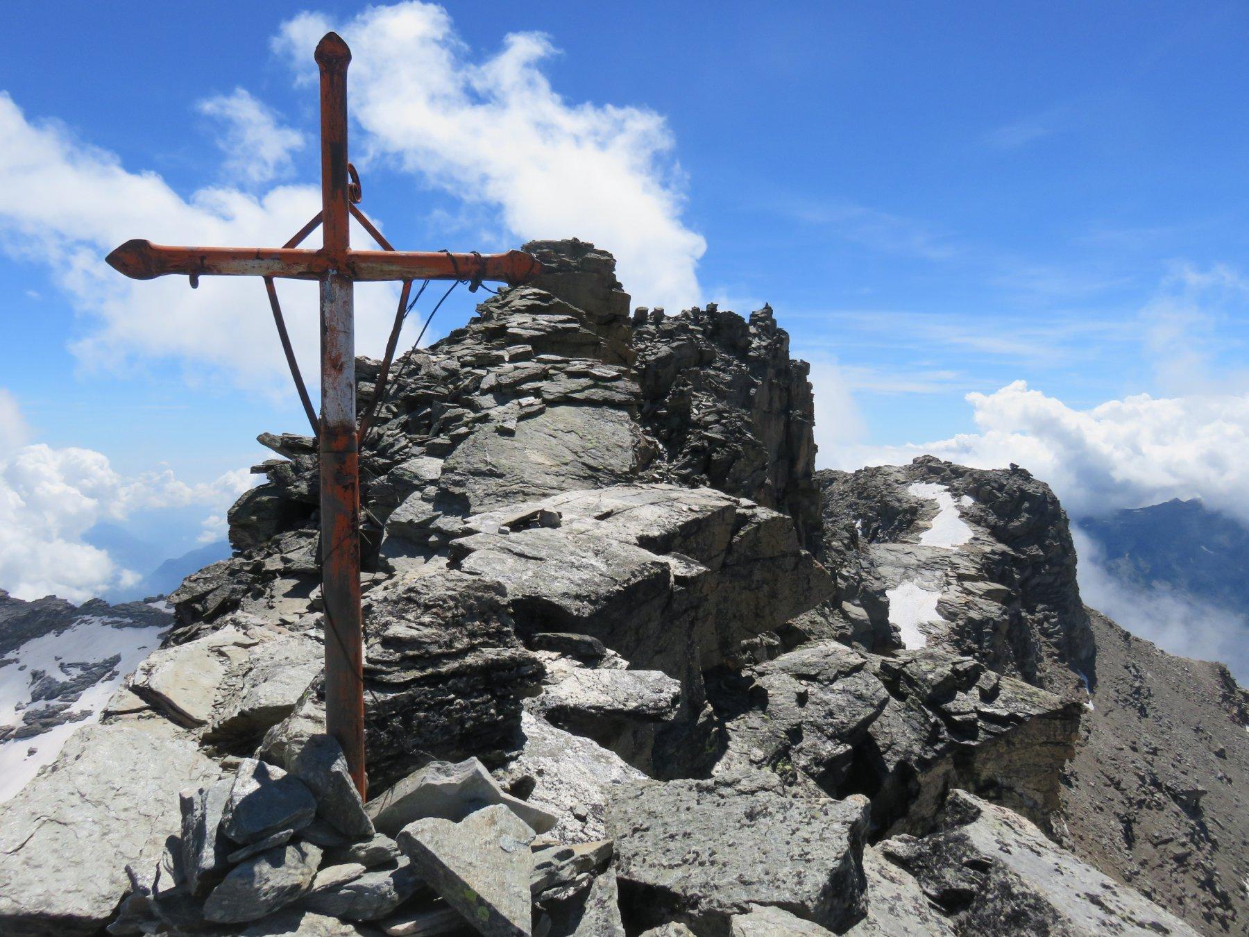 Croce e vera vetta sul fondo a destra