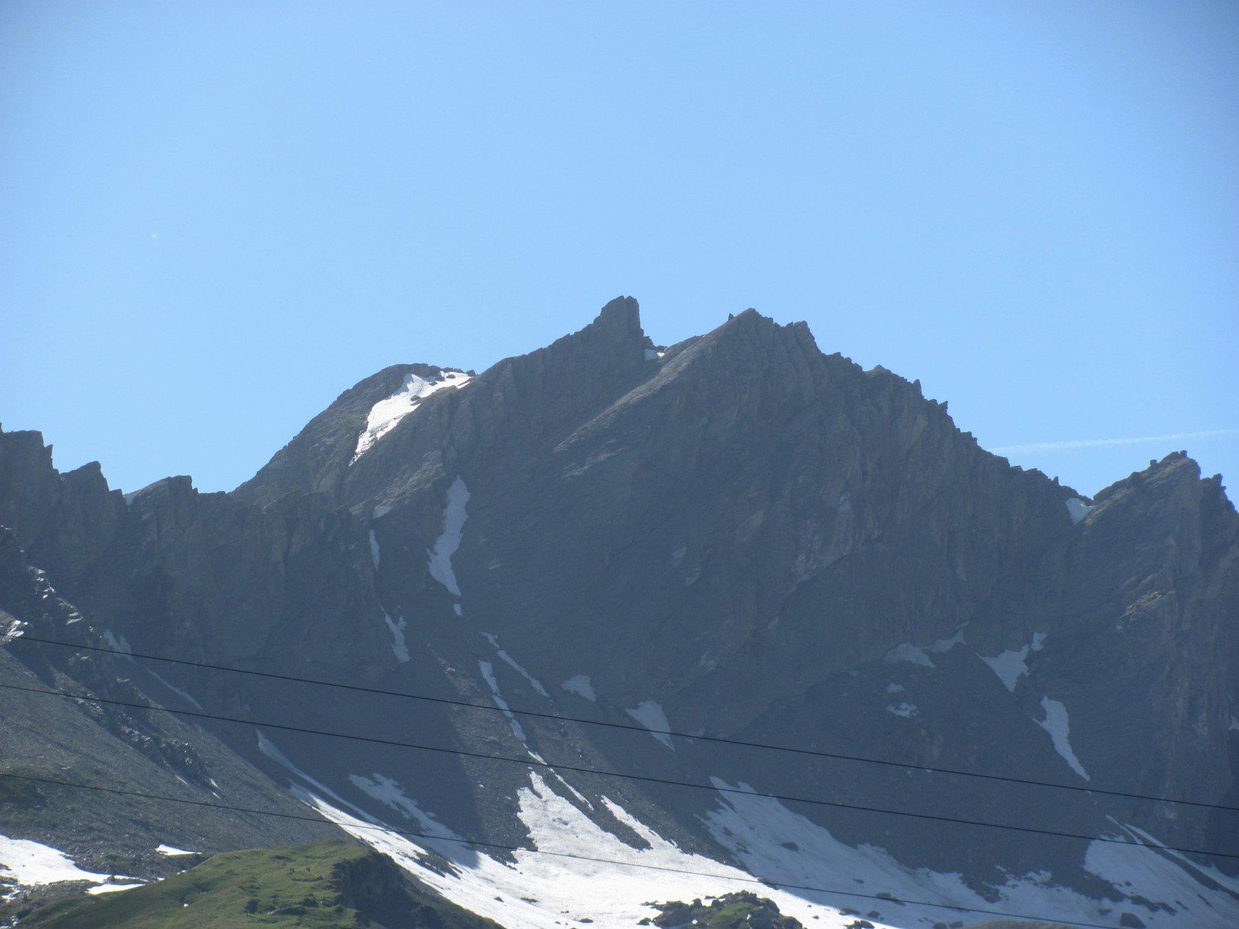 La minuscola (bifida) vetta del M. Fourclaz, con l'anticima dietro, vista dalla strada che sale al P.S. Bernardo