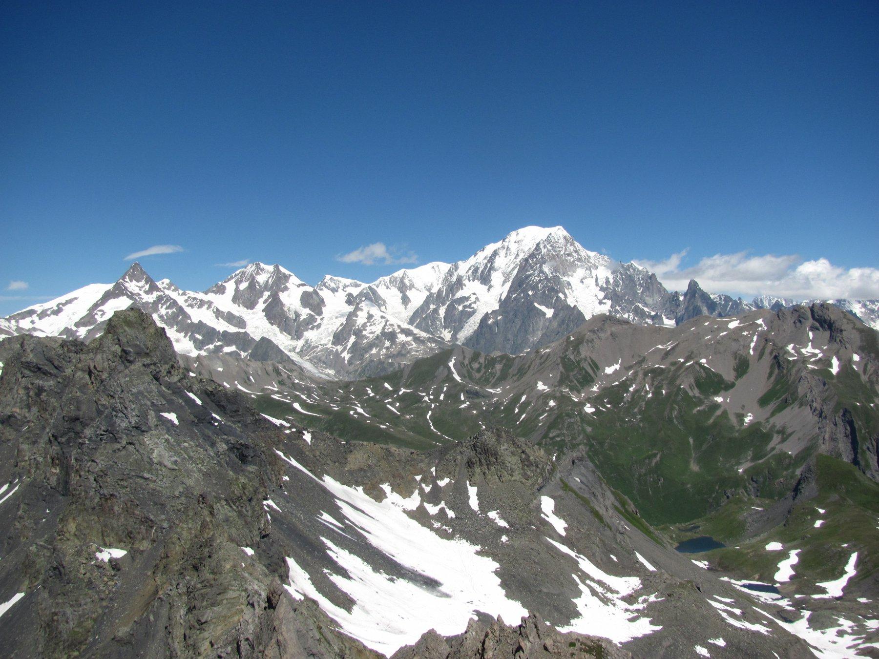 Bel panorama sulla catena del Bianco e la vicina Aiguille de l'Hermite