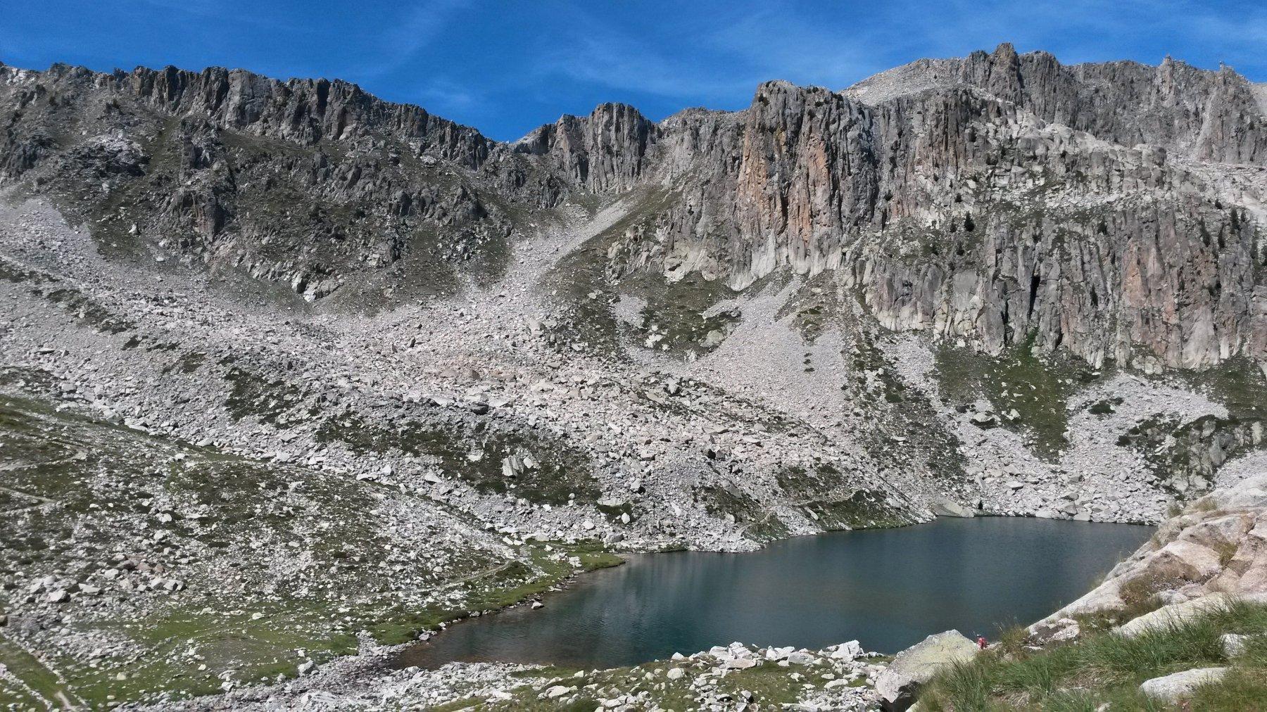 scorcio sul lago mediano incastonato fra le rocce