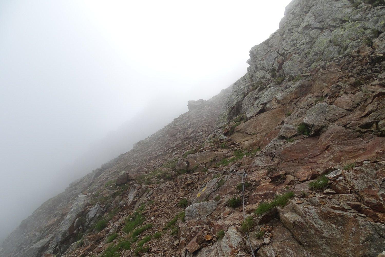 il traverso attrezzato che, dal colle, conduce al Passo della Miniera